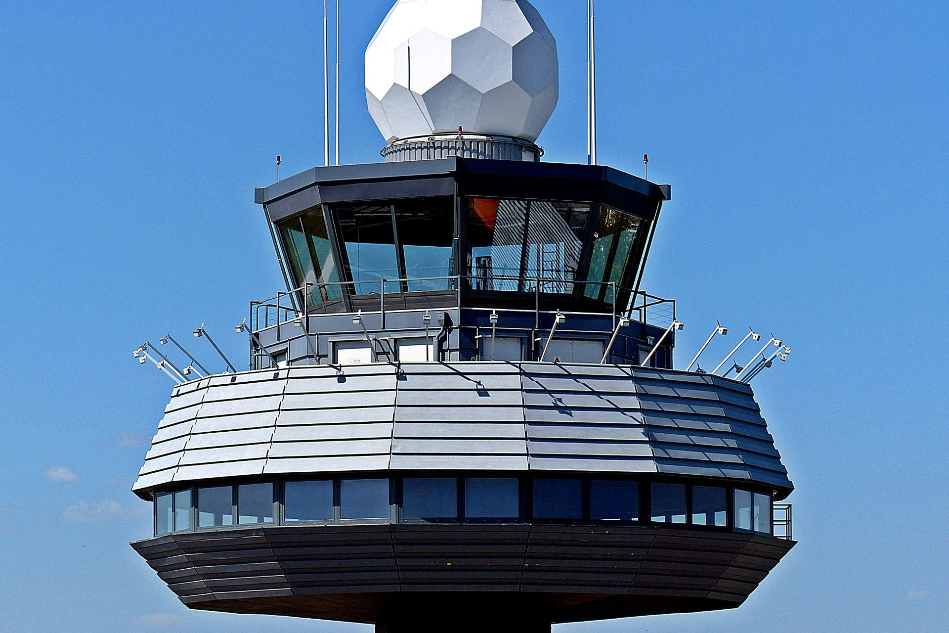 How much do air traffic controllers earn